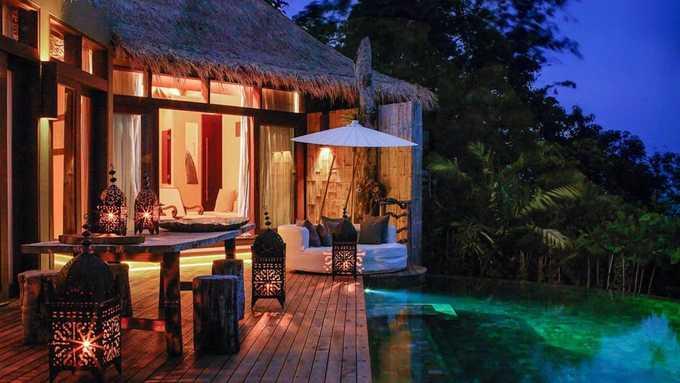 Ở Song Saa có một khu nghỉ dưỡng gồm 24 căn villa sẽ mang đến cho du khách trải nghiệm trọn gói độc đáo ở Campuchia, với không gian biển được bảo tồn rất tốt. Một đêm nghỉ ở đây giá 3.000 USD.
