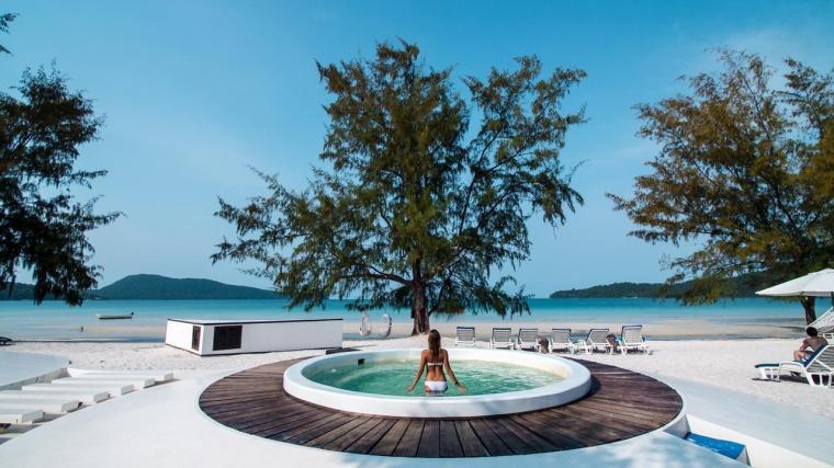Koh Rong Sanloem: Đây là hòn đảo rất quen thuộc với dân expat (người nước ngoài định cư ở nước khác) ở Phnom Penh. Ở Saracen Bay, một vịnh nhỏ hình trái tim có làn nước xanh màu ngọc bích và các bãi cát trắng thoải, có rất nhiều khu nghỉ dưỡng từ đơn sơ tới sang trọng. Mặt kia của đảo là bãi Sunset, nơi lý tưởng để du khách ngắm hoàng hôn. Ngoài thư thái nghỉ dưỡng, du khách có thể khám phá làng chài M'phey Bei, chèo thuyền, bơi, lặn, hoặc đơn giản là nằm lười dưới bóng dừa và đọc sách.