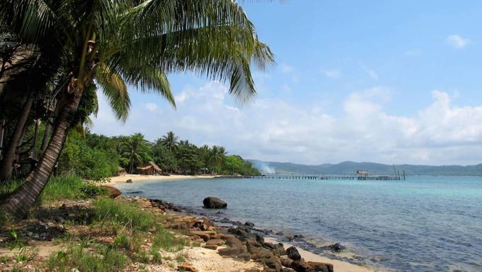 Koh Totang  Đảo không có người sống, không internet nhưng có một điểm để lưu trú là Nomad's Land với 5 nhà nghỉ gỗ, hoạt động nhờ năng lượng mặt trời. Koh Totang thích hợp cho những du khách muốn tách biệt hoàn toàn với cuộc sống bên ngoài và thực sự trải nghiệm tự nhiên.