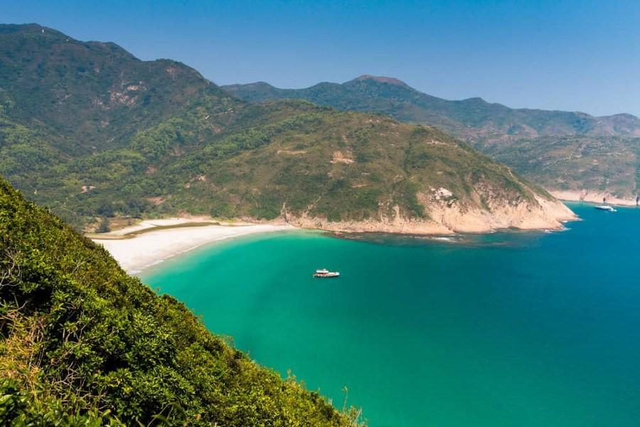Long Ke Wan: Nằm ở góc Đông Bắc của Hong Kong, gần hồ chứa nước High Island, Long Ke Wan nằm trong chuỗi các bãi biển đẹp dọc theo vịnh Tai Long Wan. Nằm giữa những sườn đồi và rừng cây, Long Ke Wan không phải nơi dễ tiếp cận, tuy nhiên, khung cảnh tuyệt đẹp cùng tầm nhìn bao quát biển Nam Trung Hoa là món quà xứng đáng dành cho du khách khi đặt chân đến đây. Ảnh: Bangs Thought.