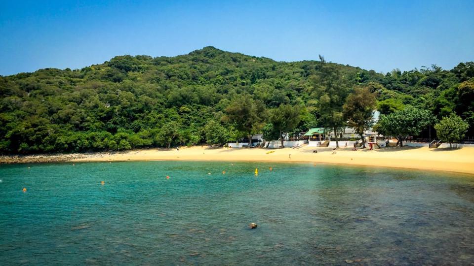 Lo So Shing: Trên bờ biển phía tây của đảo Lamma, Lo So Shing là một bãi biển yên tĩnh, ít khách du lịch. Nơi đây là địa điểm lý tưởng dành cho những người muốn có một kỳ nghỉ yên bình, không ồn ào. Sau khi rời khỏi bãi biển, du khách có thể đi lang thang đến làng Yung Shue Wan gần đó để thưởng thức các món ăn hấp dẫn trong khung cảnh hoàng hôn lãng mạn. Ảnh: CNN.