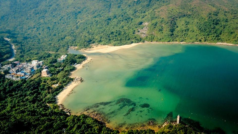 Hoi Wa Wan: Trên bờ biển phía bắc của công viên quốc gia phía Đông Sai Kung, Hoi Ha Wan thường thu hút những người chèo thuyền kayak, hay đam mê lặn biển. Là một phần của công viên biển, bãi biển đầy đá cuội này có nhiều loài sinh vật đầy màu sắc, với hơn 120 loài cá, 60 loại san hô cứng và mê cung rừng ngập mặn. Ngoài ra, gần bãi biển còn có một ngôi làng nhỏ xinh đẹp, nơi có một ngôi đền truyền thống và các điểm quan sát toàn cảnh. Ảnh: CNN.