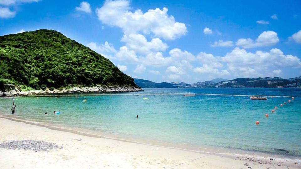 Hap Mun Wan: Hap Mun Wan là một trong những bãi biển xa xôi nhất của Hong Kong, đồng thời là điểm đến quen thuộc với cư dân bản địa nhưng vẫn còn xa lạ với du khách quốc tế. Nằm trên đảo Sharp, ngoài khơi bờ biển Sai Kung, ở phía đông bắc Hong Kong, du khách chỉ có thể đến bãi biển bằng kaito, một loại phà địa phương, từ bến tàu Sai Kung Town. Khi đặt chân đến bãi biển, du khách sẽ tìm thấy dải cát vàng rực rỡ, nước sạch cấp 1 và những ngọn đồi xanh ở hai bên. Ngoài ra, cũng trên đảo Sharp, những du khách còn có thể ghé thăm công viên quốc gia Kiu Tsui, là một phần của công viên địa chất toàn cầu ở Hong Kong. Ảnh: CNN. Du ngoạn trên thang cuốn ngoài trời dài nhất thế giới ở Hong Kong Từ giải pháp giao thông tình thế do vị trí địa lý và đất đai chật hẹp, hệ thống thang cuốn dài nhất thế giới đã trở thành một trong những biểu tượng đặc biệt của Hong Kong.