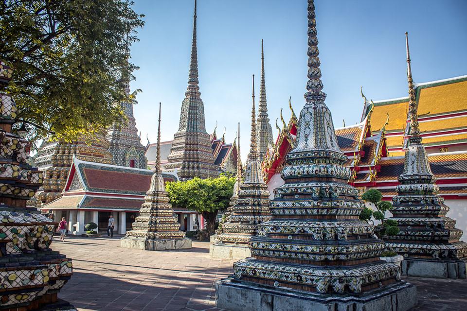 Chùa: 95% dân số Thái Lan theo đạo Phật. Tất nhiên, thủ đô Bangkok cũng có hàng trăm ngôi chùa phục vụ tín lễ của người dân. Không chỉ là nơi thờ phụng, một số ngôi chùa còn có hội trường và trường học. 3 ngôi chùa lớn nhất ở Bangkok mà du khách thường đến thăm là: Grand Palace (Hoàng cung), Wat Po (Chùa Phật nằm) và Wat Arun (Chùa Bình Minh). Những nơi này không chỉ là điểm dừng chân tuyệt vời dành cho du khách bởi kiến trúc ấn tượng mà còn mang ý nghĩa lịch sử lớn.