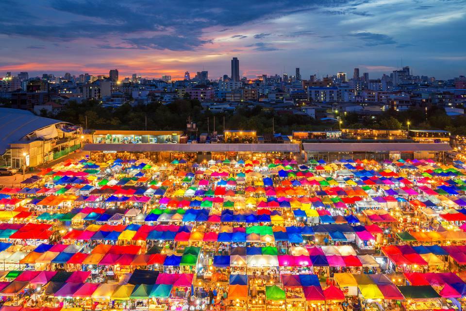 """Chợ cuối tuần Jatujak: Chợ cuối tuần Jatujak (hay còn gọi là Chatuchak) ở Bangkok là một trong những ngôi chợ lớn nhất ở châu Á. Nơi đây rộng gần 150.000 m2 với hàng nghìn nhà cung cấp, khoảng 200.000 cửa hàng vào cuối tuần. Các du khách tới đây có thể dễ dàng tìm thấy những món đồ thủ công mỹ nghệ """"made in Thailand"""" xinh xắn, quần áo, hàng gia dụng và thậm chí là vật nuôi. Tuy nhiên, chợ có nhược điểm là đông đúc. Du khách có thể rất dễ bị lạc trong mạng lưới mê cung các quầy hàng. Nếu bạn ghét sự đông đúc nhưng vẫn muốn đến Chatuchak, 9h sáng và 4h chiều là khoảng thời gian thích hợp."""