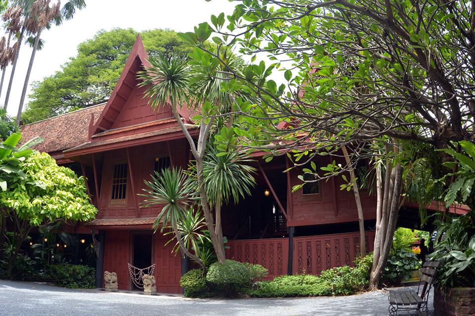 Jim Thompson House: Truyền thuyết về Jim Thompson xuất hiện trong mọi cuốn sách hướng dẫn du lịch tại Thái Lan. Các sản phẩm về lụa của thương hiệu mang tính biểu tượng này có mặt tại 13 cửa hàng quanh Bangkok và 2 khu outlet. Tuy nhiên, để thực sự trải nghiệm, hãy đến thăm Jim Thompson House và tìm hiểu về tên gọi bí ẩn của thương hiệu này. Ngôi nhà làm bằng gỗ tếch theo phong cách truyền thống của Thái Lan nằm lọt giữa màu xanh bạt ngàn của cây cối. Nơi đây cũng chứa đầy những hiện vật cổ của vùng Đông Nam Á - do chủ nhân của ngôi nhà sưu tập qua những chuyến đi của mình.