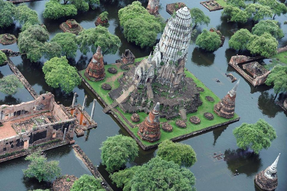 Ancient City: Cách duy nhất để tham quan các di tích lịch sử quan trọng nhất của Thái Lan trong một ngày là đến thăm Ancient City (Thành phố cổ). Cách thành phố Bangkok khoảng 45 phút lái xe, điểm tham quan Samut Prakan có bản sao của hàng chục địa danh nổi tiếng của đất nước chùa vàng, từ Cung điện Hoàng gia ở Bangkok đến đền Preah Vihear ở vùng biên giới với Campuchia. Tuy nhiên, Acient City rất rộng, du khách nên thuê một chiếc xe điện hoặc xe đạp để dạo quanh nơi này.