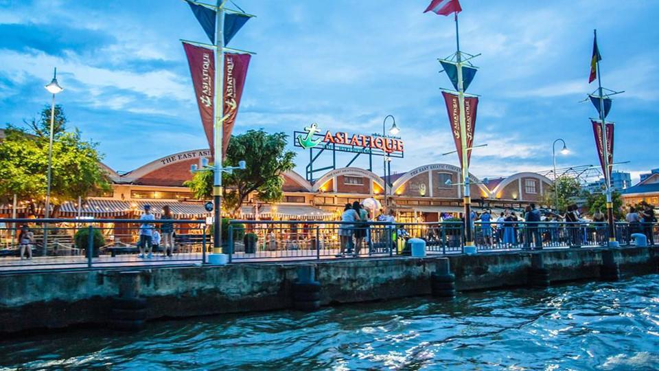 Asiatique The Riverfront: Asiatique The Riverfront là một khu phức hợp giải trí và mua sắm lớn bên cạnh sông Chao Phraya ở Bangkok. Nơi đây được xây dựng dựa trên cảm hứng từ những ngày thành phố còn như một khu buôn bán ven sông vào đầu những năm 1900. Các nhà hàng, quán bar bao gồm một loạt quán rượu cao cấp phục vụ các món ăn Thái, Nhật, Pháp và Italy. Cách tốt nhất để đến đây là bắt chuyến tàu chạy thường xuyên từ BTS Thaksin.