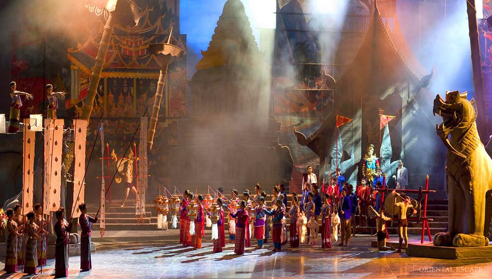 Siam Niramit: Được xây dựng công phu với hơn 100 người biểu diễn, Siam Niramit tái hiện lại văn hóa của 7 thế kỷ vào trong một chương trình 80 phút tuyệt vời kèm theo những hiệu ứng đặc biệt. Chương trình bắt đầu vào lúc 20h hàng ngày. Các du khách có thể dùng bữa tại một nhà hàng trong khuôn viên, cung cấp bữa tối tự chọn kiểu Thái từ 17h30. Sau buổi biểu diễn, du khách cũng có thể trải nghiệm những trò chơi truyền thống của Thái, cưỡi voi hoặc thưởng thức các màn trình diễn văn hóa khác.