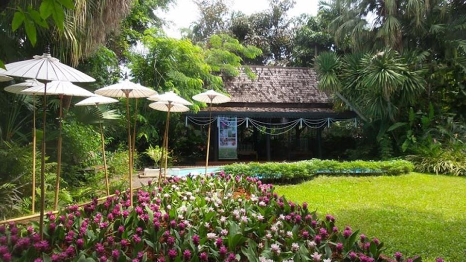 Bảo tàng Văn hóa Hoa: Nằm trong khuôn viên của một biệt thự có tuổi đời lên đến 100 năm, Bảo tàng Văn hóa Hoa là một trong những điều tuyệt vời nhất tại Bangkok. Đây là nơi thường xuyên tổ chức triển lãm văn hóa hoa đến từ nhiều nước châu Á như Ấn Độ, Trung Quốc, Nhật Bản, Lào và Indonesia. Chắc chắn, bảo tàng sẽ làm thỏa mãn những người yêu hoa và thiên nhiên. Hoàng cung - kiệt tác kiến trúc của Thái Lan Đến Bangkok, du khách không thể bỏ lỡ cơ hội ghé thăm Hoàng cung, nơi tập trung những tinh hoa trong kiến trúc và văn hóa của Thái Lan.