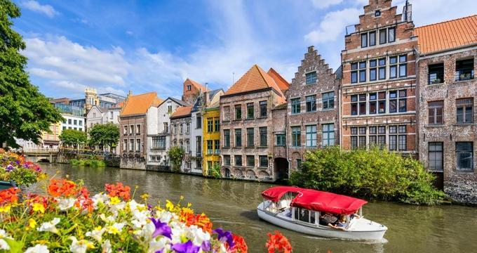 Thành phố Ghent, Bỉ  Từ năm 1996, trung tâm thành phố này đã không còn bóng dáng ôtô sau nỗ lực thoát khỏi cảnh ùn tắc và ô nhiễm môi trường của người dân. Nơi đây chỉ có những ngôi nhà theo kiến trúc Gothic và cảnh sắc thơ mộng của các con kênh phủ bóng cây xanh. Ảnh: Vacation Idea.