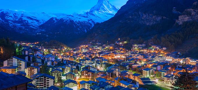 Zermatt, Thụy Sĩ  Toàn bộ ngôi làng hoang sơ này không có xe hơi nên bạn chỉ có thể đến đó bằng tàu hỏa, taxi, hoặc trực thăng. Zermatt còn được mệnh danh là thiên đường tuyết, du khách thường tìm đến đây vào cả mùa đông lẫn mùa hè để tận hưởng sự hùng vĩ của thiên nhiên và trượt tuyết từ độ cao 3.000 m. Ảnh: World Property Journal.