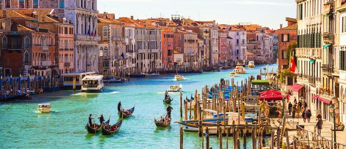 Venice, Italy  Thật thiếu sót nếu danh sách này không nhắc tới thành phố nổi tiếng bậc nhất thế giới - Venice, nơi thu hút khoảng hai đến ba chục triệu lượt khách mỗi năm. Bạn có hai lựa chọn là đi bộ để khám phá những ngôi nhà, con đường màu sắc ở Venice hoặc di chuyển bằng thuyền trên kênh để nhìn ngắm khung cảnh thành phố. Ảnh: Zicasso.