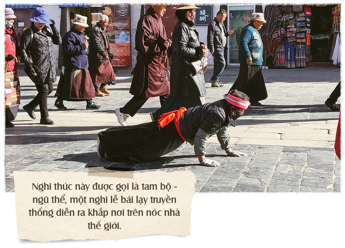 Tam bộ (đi ba bước) để ngũ thể (chân, tay, ngực, trán...) một lần chạm xuống đất (nhập địa) lạy một lạy - một nghi thức vái lạy chỉ có riêng của người Tạng từ xa xưa và vẫn được duy trì đến hiện tại, bất chấp những sự thay đổi của không gian, thời gian, thời cuộc.