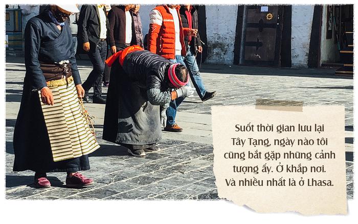 Trước mái hiên chùa, bên thềm tu viện, trước cung điện Potala, trên phố đi bộ quanh chùa Đại Chiêu, ngay góc ngã tư đông đúc ở thủ đô Lhasa của Tây Tạng, dưới dòng đường trên lối vào tu viện Tashilunpo hay trên dải đất lởm chởm đá bên cạnh con đường thiên lý dài vạn dặm, lề đường lởm khởm đá không thấy bóng người, chỉ có ôtô ngược xuôi, dưới cái nắng và trong tiết trời lạnh âm độ.