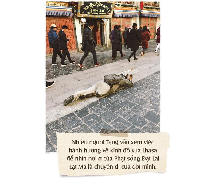 Nhiều người Tạng vẫn xem việc hành hương về kinh đô xưa Lhasa để nhìn nơi ở của Phật sống Đạt Lai Lạt Ma là chuyến đi của đời mình, dù mỗi chuyến hành hương vượt đường xa xôi hiểm trở trong khí hậu khắc nghiệt ấy có khi dài cả một năm trời.