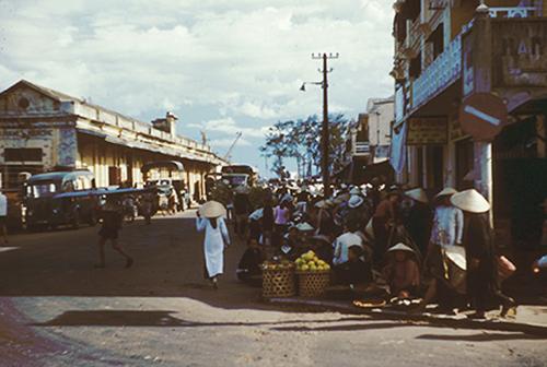 Năm 1954, thành phố Đà Nẵng hiện ra sơ hoang qua góc máy của Ronald B. Frankum, một tác giả sách và nhà sử học người Mỹ.