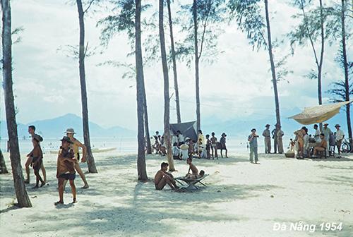 Năm 1950, Pháp trao trả Đà Nẵng cho chính phủ Quốc gia Việt Nam dưới thời Quốc trưởng Bảo Đại. Hiệp định Genève năm 1954 cũng ảnh hưởng không nhỏ đến diện mạo của thành phố trên nhiều phương diện. Từ tháng 10/1955, chính quyền Ngô Đình Diệm tiến hành phân chia lại địa giới hành chính. Lúc này, Đà Nẵng trực thuộc tỉnh Quảng Nam.  Ảnh: Ronald B. Frankum