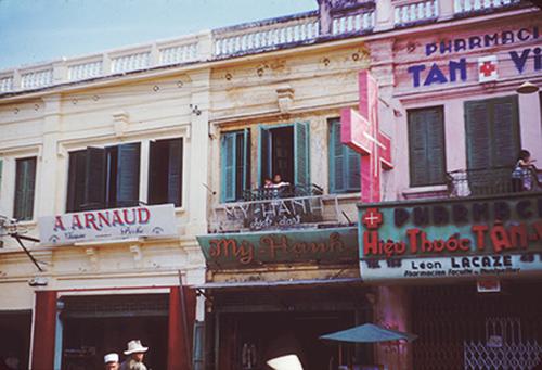 Các cửa hàng bên trong trung tâm thành phố năm 1954.