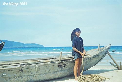 Đà Nẵng nằm trên dải đất miền Trung, hiện là một trong 5 thành phố trực thuộc Trung Ương. Theo sách Lịch sử thành phố Đà Nẵng năm 2001, thành phố có khoảng 50.000 dân vào những năm 1954 - 1955.