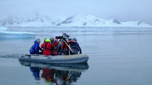 """Chiếc xe """"Rhonda the Honda"""" theo Steph chinh phục Nam Cực. Ảnh: SWNS."""