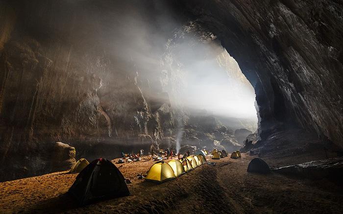 Sơn Đoòng - hang động tự nhiên lớn nhất thế giới  Hang Sơn Đoòng nằm trong quần thể hang động thuộc Vườn Quốc gia Phong Nha - Kẻ Bàng, trên địa bàn xã Tân Trạch, huyện Bố Trạch, tỉnh Quảng Bình.