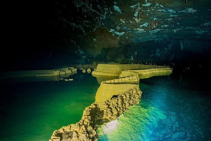 Gần hang Va là hang Nước Nứt, dài khoảng 2,2km, được cho rằng có chung nguồn nước với Hang Sơn Đoòng cùng hệ thống thạch nhũ và tháp đá vôi dưới nước tuyệt đẹp.