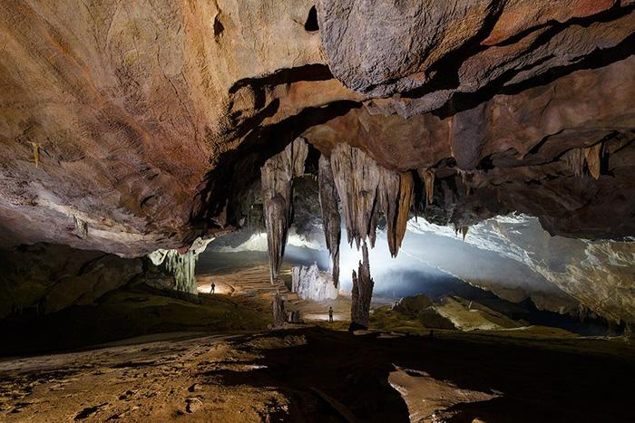Sau chuyến băng qua những địa hình núi rừng hiểm trở, du khách sẽ đặt chân đến một thung lũng nhỏ, nơi Hang Va tọa lạc và có thể cắm trại ở đó vào ban đêm.