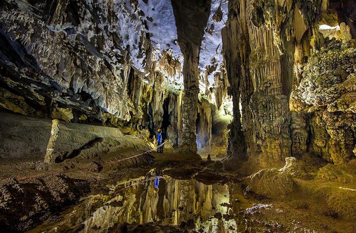 Hệ thống hang động Tú Làn   Trải dài khoảng 20km, hệ thống hang động Tú Làn nằm cách Vườn Quốc Gia Phong Nha - Kẻ Bàng khoảng 70km, bên cạnh ngôi làng dân tộc thiểu số Tân Hóa thuộc huyện Minh Hóa.
