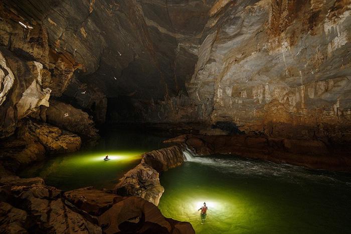 Du khách có thể bơi qua con sông dưới lòng đất với các thành tạo thạch nhũ.