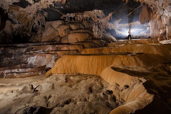 Hang Tiên  Hang Tiên rộng 50m là hang rộngnhất trong hệ thống hang Tú Làn và có hồ bơi thiên nhiên tuyệt đẹp.