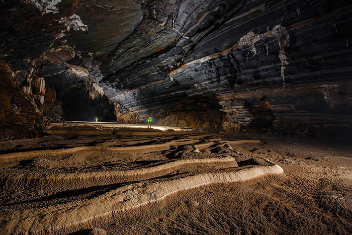 Nhờ những khối đá xếp chồng lên nhau như ruộng bậc thang màbên trong không gian hết sức rộng lớn.