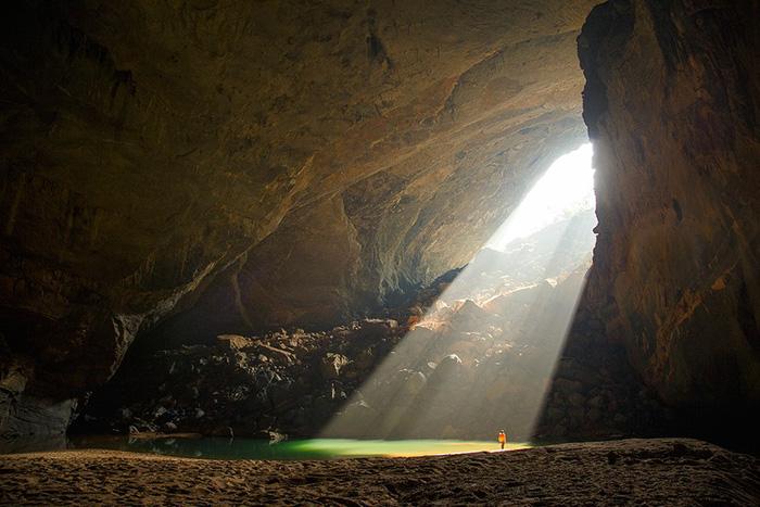 Sơn Đoòng được hình thành khoảng 3 triệu năm trước, khi nước đổ từ suối Rào Thương chảy qua hang sông Khe Ry gây xói mòn và sụp xuống tạo thành những lỗ hổng, qua thời gian tạo thành những vòm hang khổng lồ.