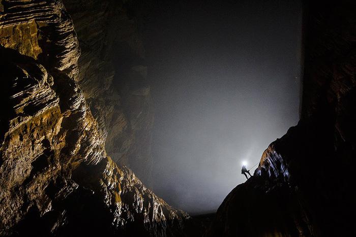 """Hang có hai """"giếng trời"""", là vết tích trần hang bị sụp từ hàng trăm nghìn năm trước, giúp ánh sáng chiếu vào, tạo điều kiện cho cây cối phát triển như một khu rừng nhiệt đới bên trong hang động."""