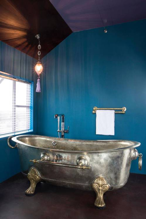 Bồn tắm riêng trong phòng được thiết kế với vẻ đẹp sang trọng, quý phái. Khách sạn thuộc sở hữu của Edwin Kornmann Rudi, trở thành điểm đến độc đáo và đáng chú ý nhất ở Hà Lan.