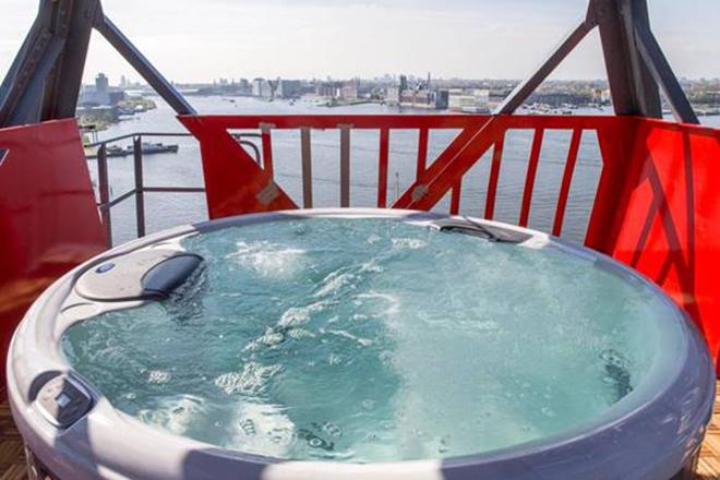 Bồn nước nóng được đặt ở trên mái của khách sạn, giúp du khách vừa được thư giãn vừa có thể ngắm nhìn cảnh đẹp của Amsterdam. Khách sạn chỉ có một lối vào và mọi người không thể vào nếu không có thẻ khóa đặc biệt. Việc này tạo ra sự riêng tư và an toàn tối đa cho du khách.