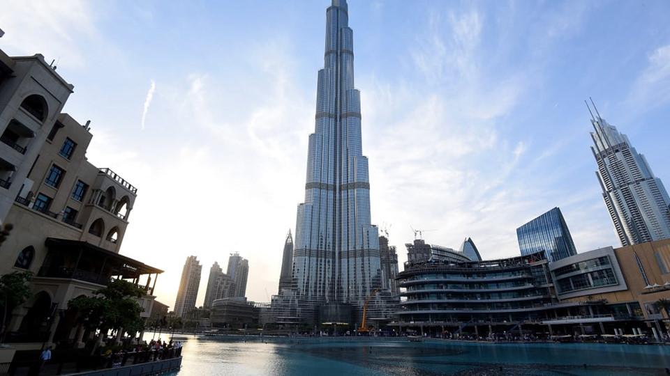Mở cửa từ năm 2010, tòa nhà Buji Khalifa cao 828 m gồm 200 tầng trị giá 1,5 tỷ USD. Tại đây, hơn 12.000 công nhân quốc tế làm việc mỗi ngày. Buji Khalifa cao gấp đôi tòa nhà Empire tại thành phố New York (Mỹ) và 3 lần tháp Eiffel ở thành phố Paris (Pháp).