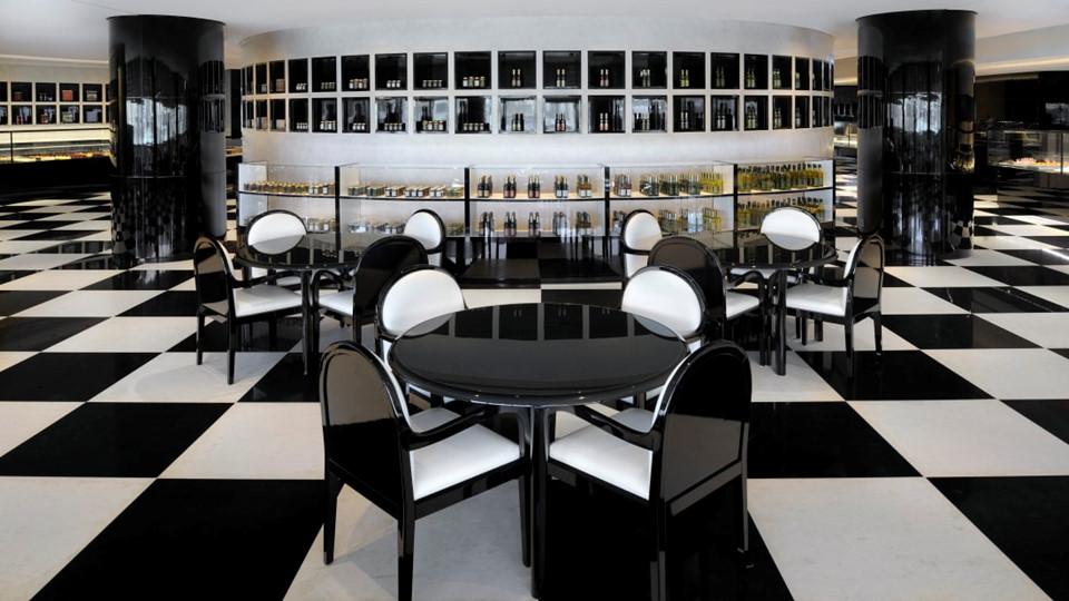 Nhà hàng Deli ở tầng trệt phục vụ bánh, cafe và bữa trưa lấy cảm hứng từ phong cách Italy.