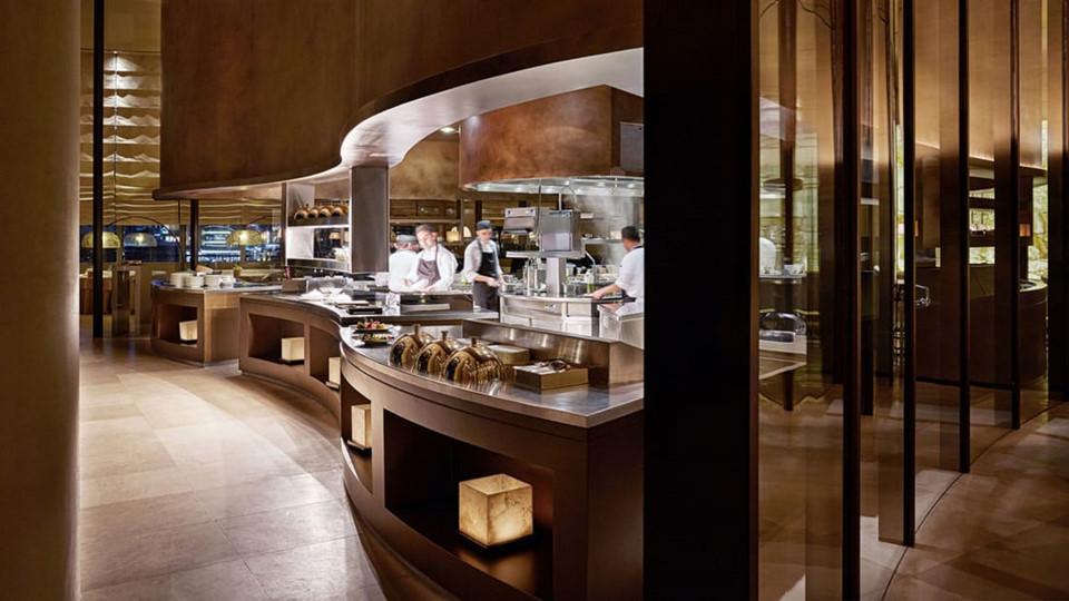 Armani's Ristorante là một nhà hàng Italy cao cấp với phong cách trang trí hiện đại.