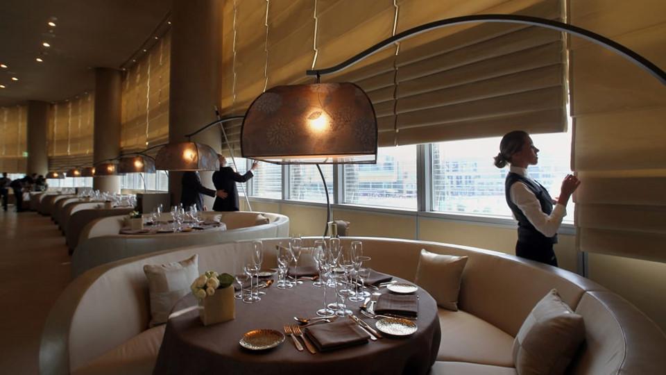 Thực tế, tại đây, Armani có các nhà hàng của phục vụ theo nhiều phong cách đến từ Italy, Ấn Độ, Trung Âu và Địa Trung Hải.
