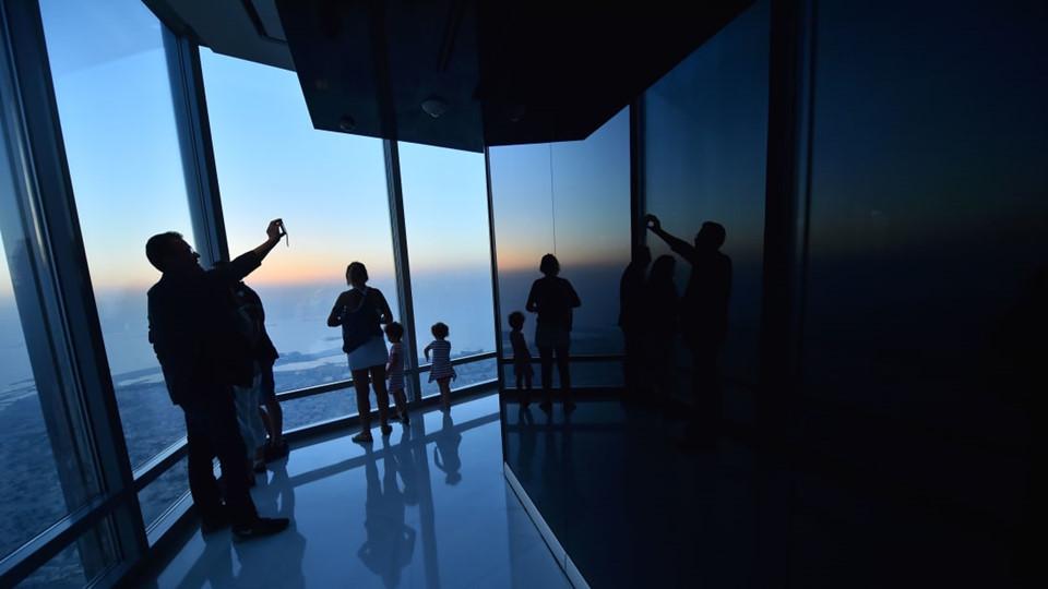 Đứng trên đài quan sát At The Top, du khách có thể ngắm nhìn quang cảnh rộng lớn khắp Dubai, vùng Vịnh và sa mạc.