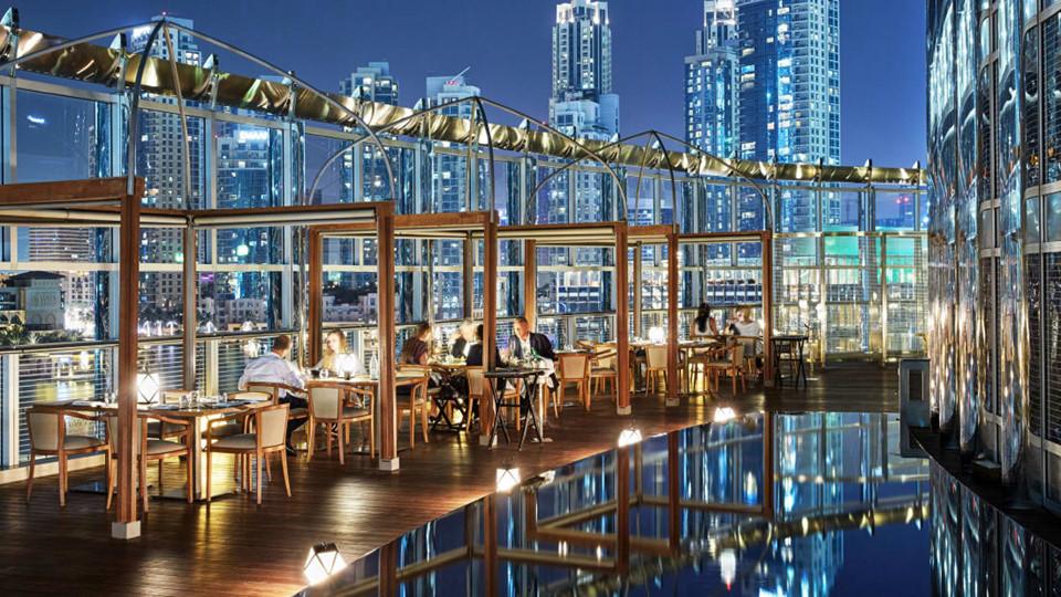 Một trong những điểm nhấn của tòa nhà cao nhất thế giới là khách sạn Armani Hotel Dubai, quản lý các nhà hàng cung cấp các món ăn thượng hạng trong khung cảnh ngoạn mục. Mỗi khách đến đây đều được đối xử như VIP và có quản gia riêng. Ngoài ra, khách sạn cũng có các phòng spa được thiết kế theo phong cách riêng và đồ vệ sinh cá nhân hiệu Armani.