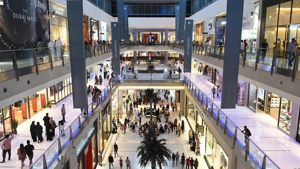 """Dubai Mall nằm ngay tại chân Burj Khalifa. Đây là thiên đường dành cho những du khách """"mê"""" đồ hiệu."""