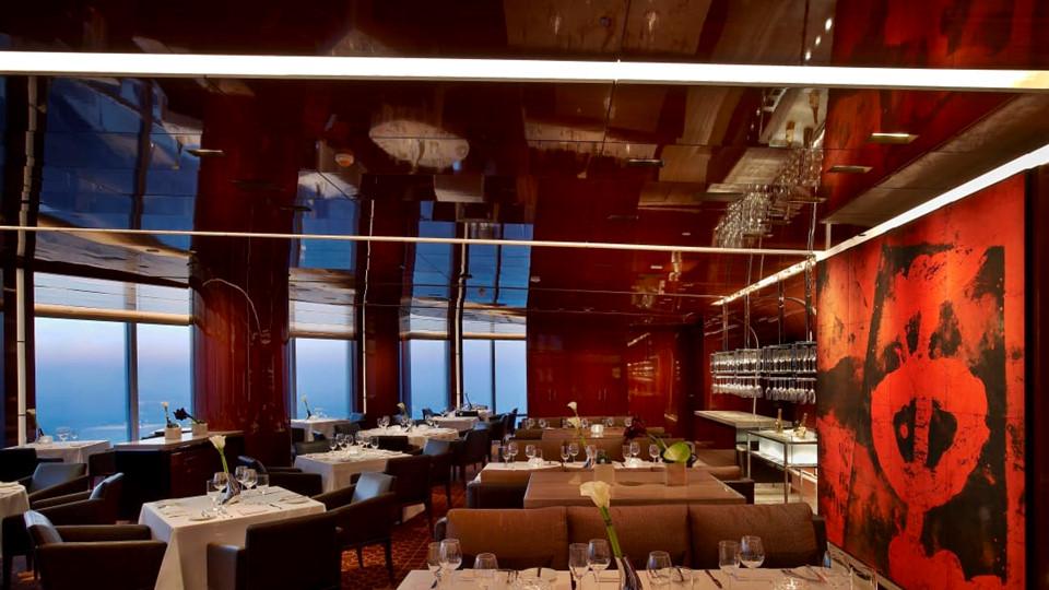"""Nhà hàng At.mosphere nằm trên tầng 122 mang lại ý nghĩa thực sự cho cụm từ """"ẩm thực cao cấp""""."""