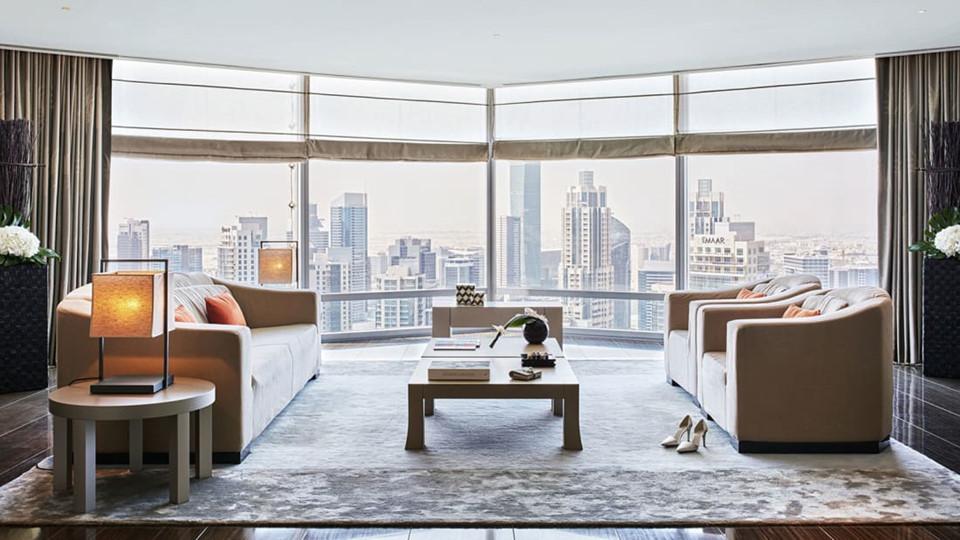 Aurmani Hotel Dubai ở Burj Khalifa được thiết kế với phong cách tối giản đặc trưng cùng nội thất màu xám nhạt và sàn gỗ phong cách Nhật Bản. 160 phòng của Armani Hotel chiếm trọn tầng 39. Mỗi phòng đều được trang trí với đồ nội thất đặt riêng và các tiện nghi hiện đại đều được điều khiển bằng iPad. Trong khi đó, Armani Residences với 144 phòng sang trọng tọa lạc từ tầng 9 đến tầng 16.