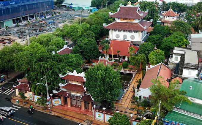 Ngôi chùa mang tên Nam Thiên Nhất Trụ - chùa Một Cột được xây dựng năm 1958 bởi Hòa thượng Thích Trí Dũng. Chùa rộng khoảng một hecta, tọa lạc trên đường Đặng Văn Bi, quận Thủ Đức, TP HCM.