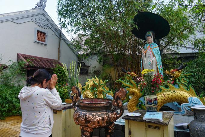 """Hàng ngày, chùa đón nhiều người dân, du khách thập phương tới tham quan, cúng bái. """"Lúc đầu nghe bảo ở Sài Gòn có chùa Một Cột tôi cứ nghĩ là lời nói đùa nhưng khi tới thăm rồi mới thấy chùa rất đẹp và trang nghiêm"""", chị Thanh Lan (Đồng Nai) cho biết."""