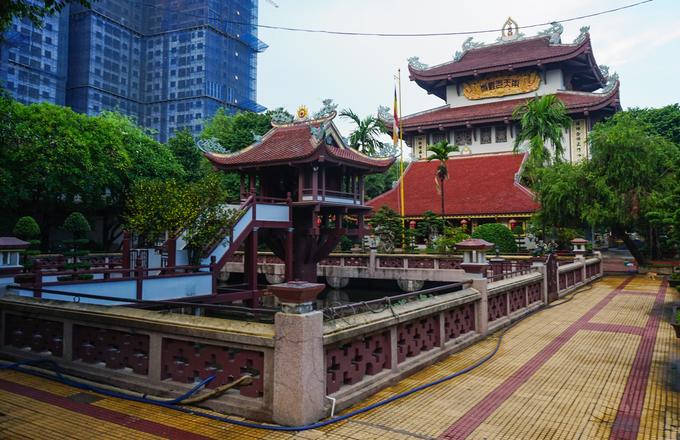 Ngay từ cổng vào là hình ảnh ngôi chùa nhỏ giữa hồ nước với hình dáng tựa như chùa Một Cột ở Hà Nội. Từ khi xây dựng, trụ trì đã phỏng theo kiến trúc, kiểu dáng của ngôi chùa có thời nhà Lý thế kỉ XI.