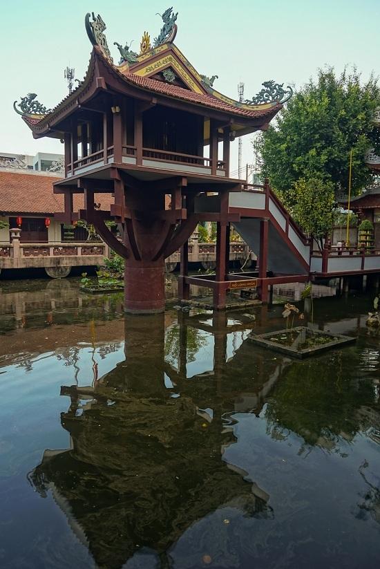 Chùa được đặt trên một cột cao khoảng 12 m giữa hồ nước hình vuông. Trụ chùa Một Cột ở Sài Gòn đúc vững chãi bằng xi măng cốt thép.