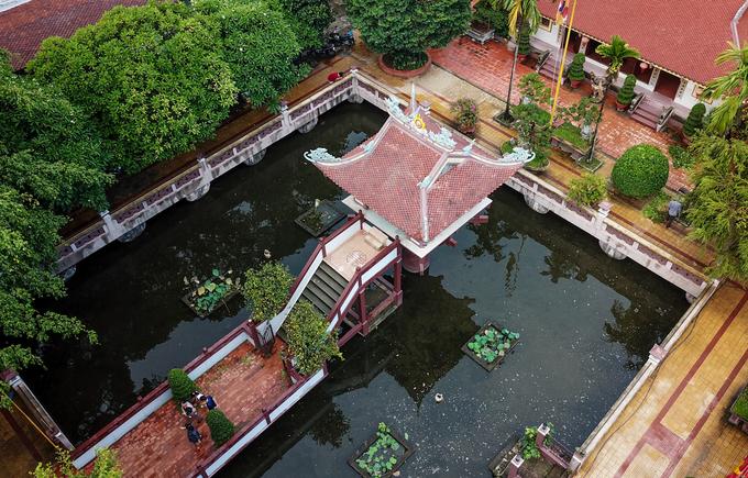 Quanh chùa là hồ nước tên Long Nhãn (hồ mắt rồng) có diện tích khoảng 600 m2. Ngôi chùa ở giữa mang hình dáng như một búp sen lớn vươn lên với những đường nét hoa văn tinh tế.